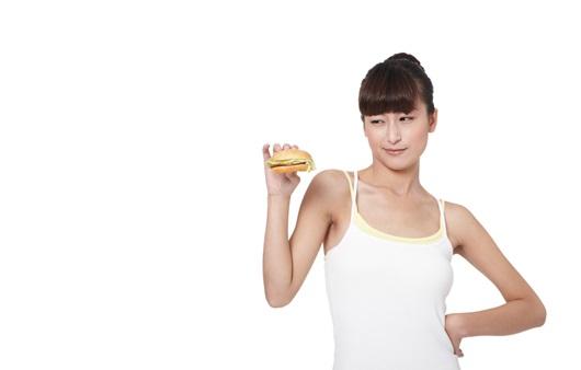 햄버거를 손에 든 여성