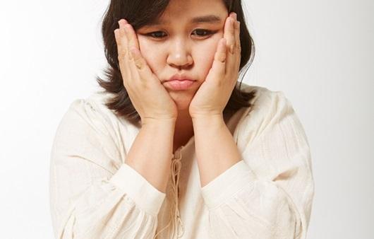 고민하고 있는 비만 여성