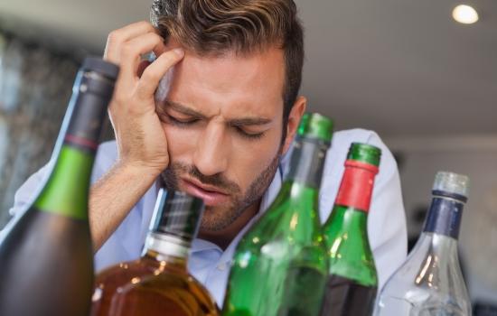 많은 술명과 술에 취해있는 남성