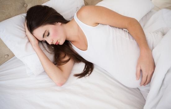 누워있는 임산부