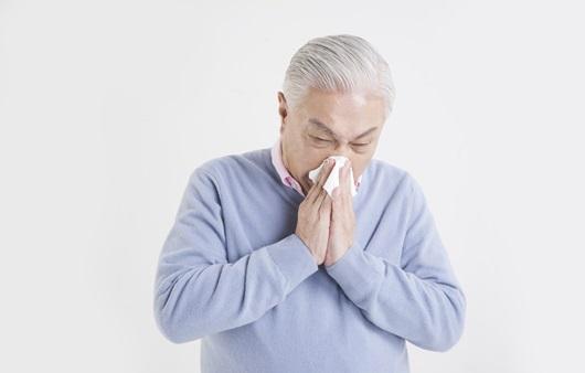 감기에 걸린 노인