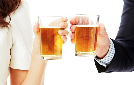 술잔을 건배하는 남녀