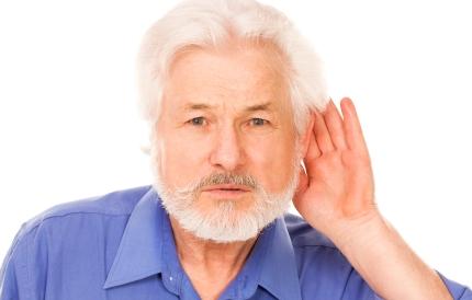 귀에 손을 대고 소리를 듣는 남성