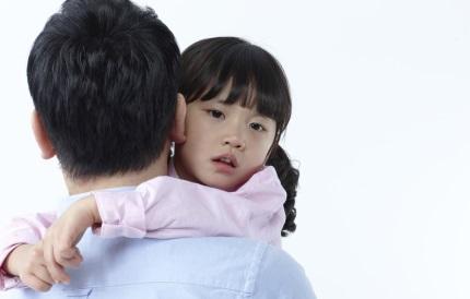 아빠에게 안겨있는 어린이