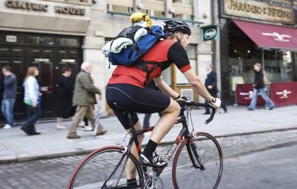 복장을 갖추고 자전거를 타는 남자