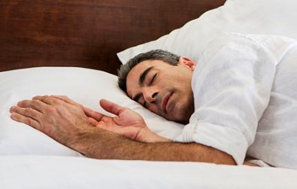 잠을 자는 남성