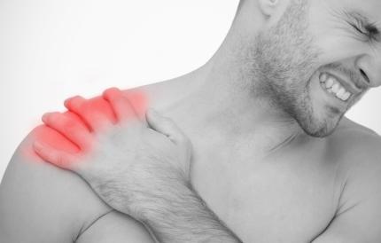 어깨 통증을 호소하는 남성