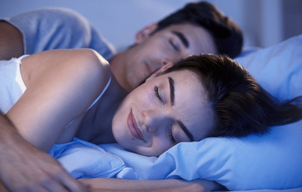 잠을 자고 있는 커플