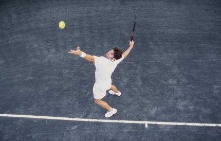 테니스를 하는 남성