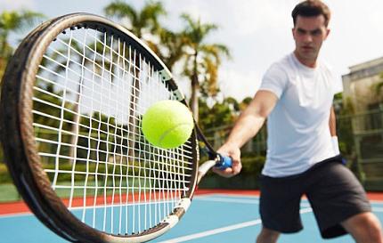 테니스를 치는 남자