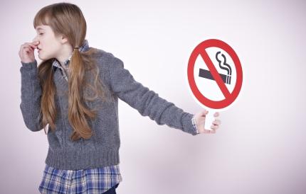 코를 막고 있는 청소년