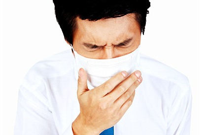 마스크를 쓰고 기침하는 남자