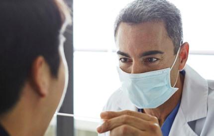 마스크를 쓰고 진료하는 의사