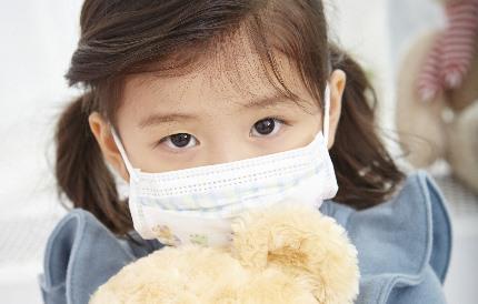 마스크를 착용한 여자 어린이