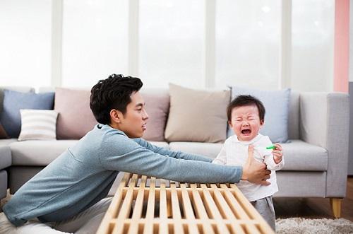 우는 아기와 달래는 아버지