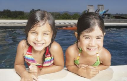 즐겁게 물놀이하는 두 어린이
