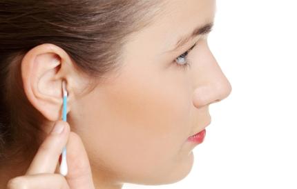 면봉으로 귀를 파는 여성
