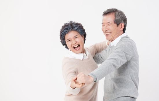 춤을 추며 즐거워하는 노부부