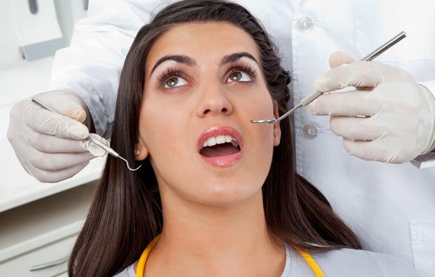 치과진료 중인 여성