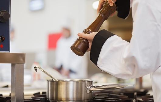 키친에서 요리하는 모습