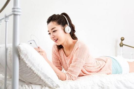 스마트폰을 보고 있는 여성