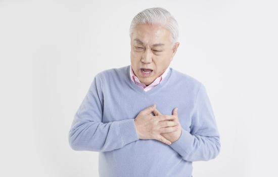 가슴의 통증을 느끼는 노인