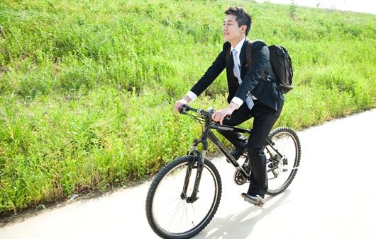 자전거를 타는 남성