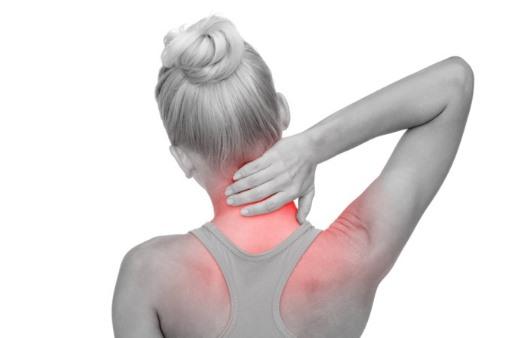 목 뒤 근육통을 호소하는 여성