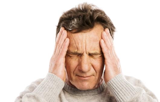 두통을 호소하는 중년 남성