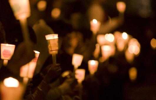 촛불집회에서 촛불을 든 시민들