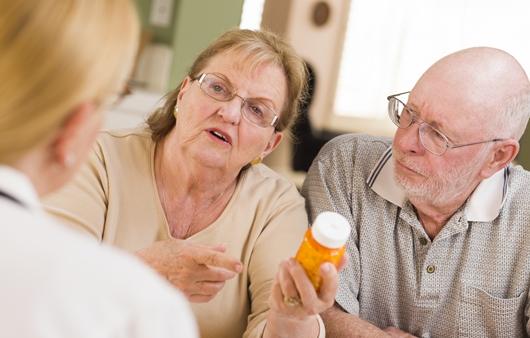약물 상담을 하는 노인