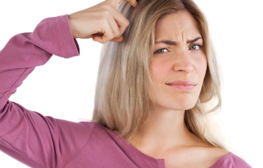 머리를 만지는 여성