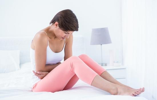 복통을 느끼는 여성