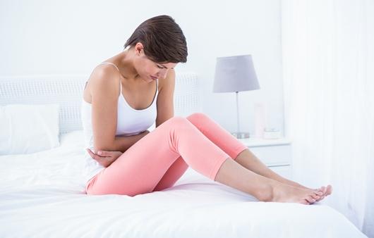 복부 통증을 호소하는 여성
