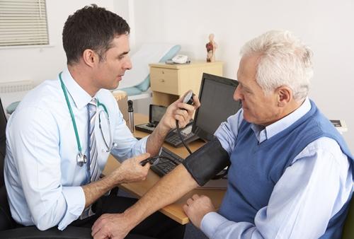 혈압을측정하고있는남자