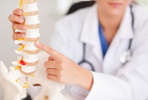 [1분 Q&A] 척추협착증 치료, 자세교정만으로 가능할까?