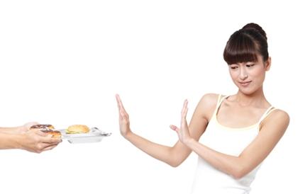 음식을 피하는 여성