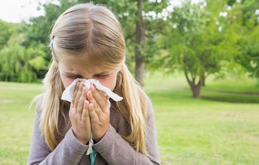 야외에서 코를 풀고 있는 어린이
