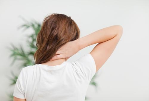 피로감과 통증을 느기고 있는 여자