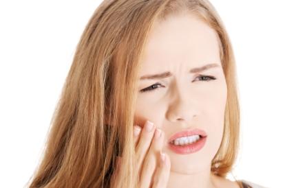 이빨이 아픈 여성