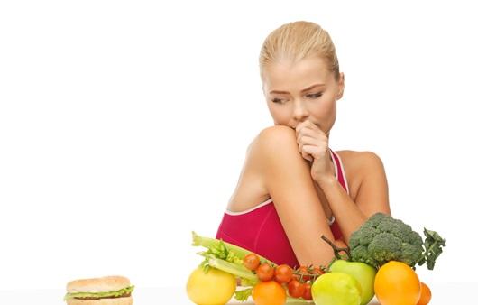 다이어트로 식이조절을 하는 여성