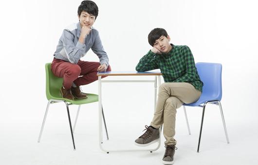 의자에 앉아 있는 청소년