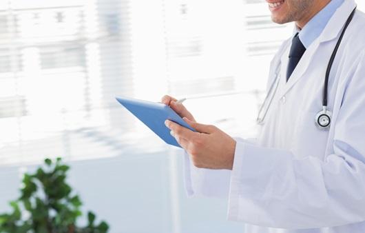 차트를 보고 있는 의사