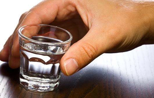 술잔을 들고있는 남성의 손