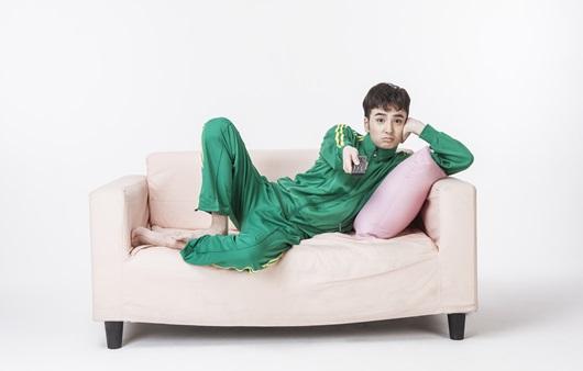 쇼파에 누워 리모콘을 들고 있는 남성