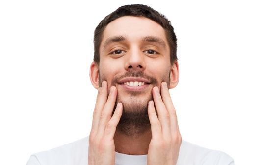 깨끗한 치아를 보여주는 남성