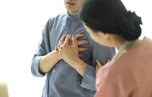 흉통을 호소하는 남성