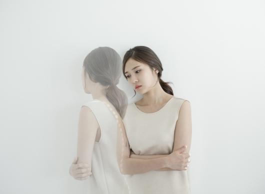 고민하는 젊은 여성