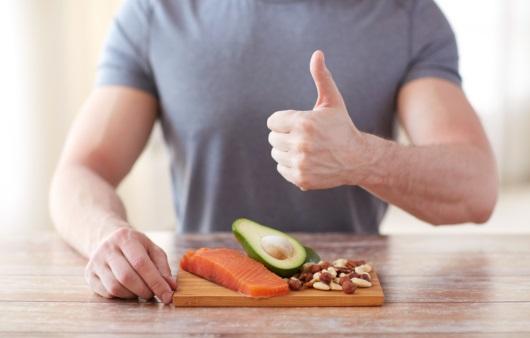 음식을 들고 있는 남성