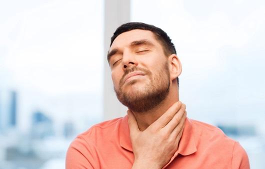 목의 통증을 호소하는 남성